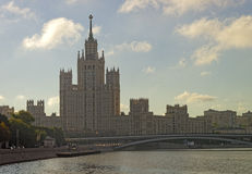 在日出的莫斯科市中心高层塔 库存照片