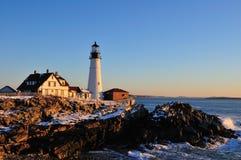 海角在日出的伊丽莎白灯塔和海浪 库存照片