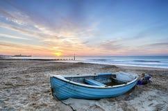 在日出的蓝色小船 免版税库存图片