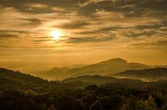 在日出的薄雾山 免版税库存图片