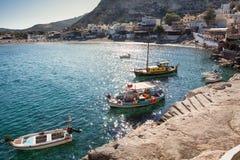 在日出的被停泊的小船在Matala在克利特海岛,希腊靠岸 免版税库存照片