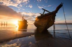 在日出的被击毁的船 库存图片