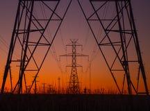 在日出的输电线塔 免版税图库摄影