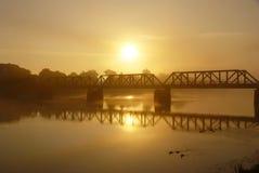 在日出的铁路桥 库存图片