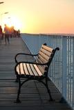 在日出的长凳 免版税库存照片