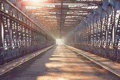 在日出的长的铁器桥梁 免版税库存照片
