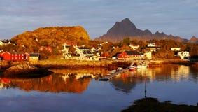 在日出的难以置信的早晨在挪威Lofoten海岛上 免版税库存图片