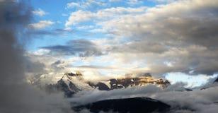 在日出的雪山 库存图片