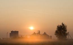 在日出的面粉加工厂 免版税库存照片