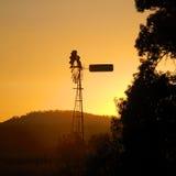 在日出的风车。 免版税图库摄影
