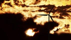 在日出的风轮机 免版税库存图片