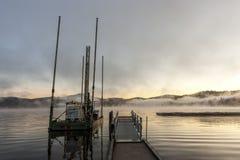 在日出的驳船在湖 免版税图库摄影