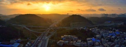 在日出的高速公路 免版税库存照片