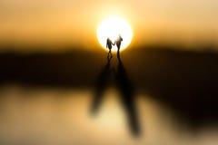 在日出的年轻夫妇 免版税图库摄影
