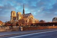 在日出的巴黎曲拱Notre Dame和结构点燃 免版税库存照片