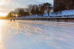 在日出的冻渥太华运河 库存图片