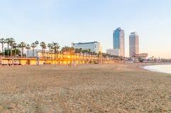 在日出的Barceloneta海滩在巴塞罗那, Spai 库存图片