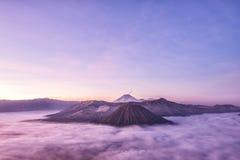 在日出的Bromo、Batok和塞梅鲁火山火山, Java海岛, Tengg 库存照片