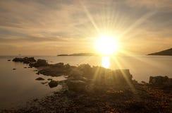 在日出的Cala de Sal rossa在伊维萨岛 免版税图库摄影