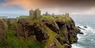 在日出的Dunnottar城堡 免版税库存图片
