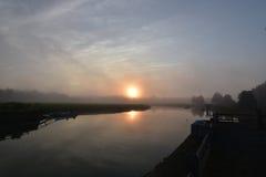 在日出的Duxbury海湾在一个有雾的早晨 免版税库存照片