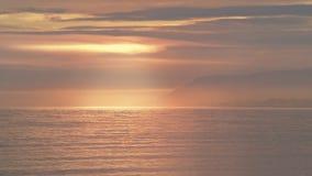 在日出的Gaspesia waterscape,别致的chocs山,魁北克,加拿大 库存照片