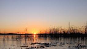 在日出的icey湖 免版税库存图片