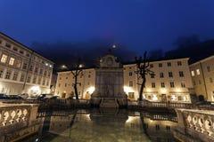 在日出的Kapitelplatz和Hohensalzburg城堡 库存照片