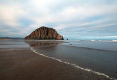 在日出的Morro岩石莫罗贝国家公园普遍的假期/野营的斑点在中央加利福尼亚海岸 免版税图库摄影