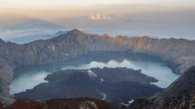 在日出的Mt Rinjani,一活火山在印度尼西亚是到达冒险的寻找者的一个著名目的地山顶3726 m 库存图片
