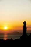 在日出的Nansan Guanyin雕象 库存照片