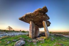 在日出的Polnabrone都尔门在爱尔兰 库存图片