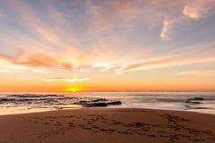 在日出的Turimetta海滩 免版税库存图片