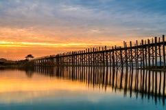 在日出的Ubein桥梁,曼德勒,缅甸 免版税库存图片