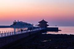 在日出的Zhanqiao码头,青岛 库存图片