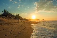 在日出的Zipolite海滩,墨西哥 库存图片