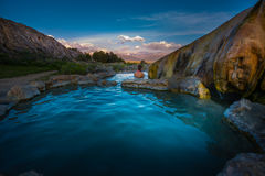 在日出石灰华温泉城桥港Calif的松弛浴 免版税库存照片
