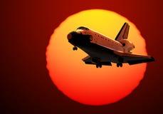在日出背景的航天飞机着陆  库存照片
