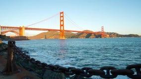 在日出视图的金黄桥梁 股票录像