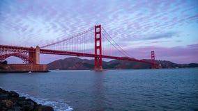 在日出视图的金黄桥梁 影视素材