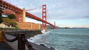 在日出视图的金黄桥梁 股票视频