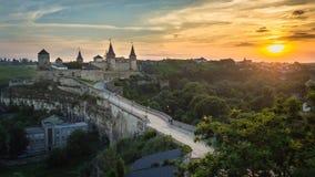 在日出,乌克兰期间的Kamianets-Podilskyi城堡 免版税库存照片