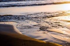 在日出,反射的海滨 免版税库存图片