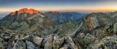 在日出,山全景的Tatras - Gerlach峰顶 免版税库存图片