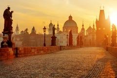 在日出,布拉格,捷克的查理大桥风景视图 库存图片