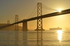 在日出,旧金山,加利福尼亚的海湾桥梁 库存图片