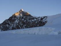 在日出,杜富尔峰,阿尔卑斯,意大利的Lyskamm峰顶 库存照片