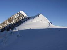 在日出,杜富尔峰,阿尔卑斯,意大利的Lyskamm峰顶 免版税库存照片