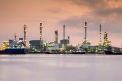 在日出,汽油化工精炼厂产业植物江边期间的剧烈的天空 图库摄影
