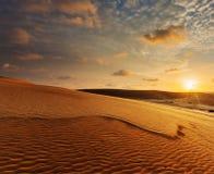 在日出,美奈,越南的白色沙丘 图库摄影